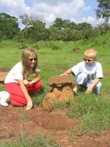 Bernice und Timon an einem Termitenbau.