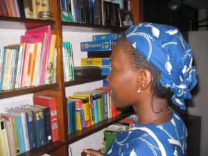 Ein Mädchen sucht ein Buch aus.