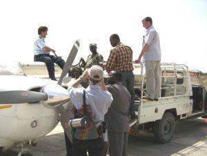 Das Flugzeug wird betankt: aus einem Fass, mit Hilfe einer Handpumpe.