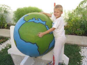 Timon am Globus.