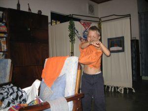 Timon probiert das neue Shirt an
