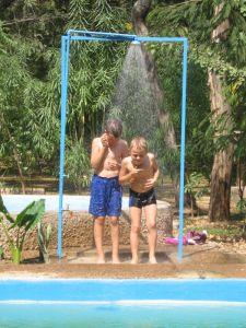 Johannes und Timon unter der Dusche