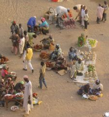 Daneben gibt es aber auch Händler, die ihre Waren auf dem Boden verkaufen, wie wir es vielleicht von Flohmärkten her kennen.