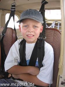 Timon angeschnallt im Flugzeug