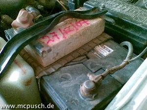 Befestigung einer Autobatterie