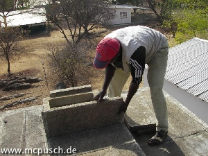Wegnehmen von Betonplatten.