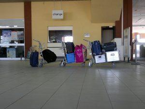 Gepäckwagen am Flughafen Salak (Maroua).