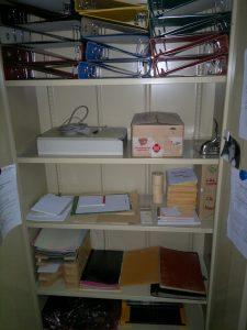 Büroschrank, leere Ordner, Material — bereit für die Übergabe